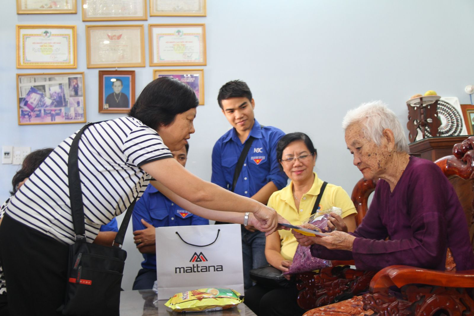 """... New Year with Mother"""", the Union of Nha Be Garment Joint Stock Company (NBC) visited, gave Tet gifts and presented presents to Vietnamese Mother Heroes. ..."""